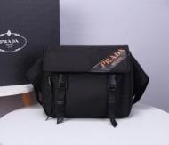 カジュアルに使えるアイテム プラダ ショルダーバッグ コピー PRADA メンズ 大容量 ロゴ入り ストリート 限定品 セール